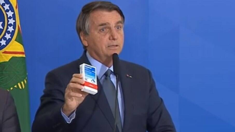 Bolsonaro mostrando caixa de cloroquina