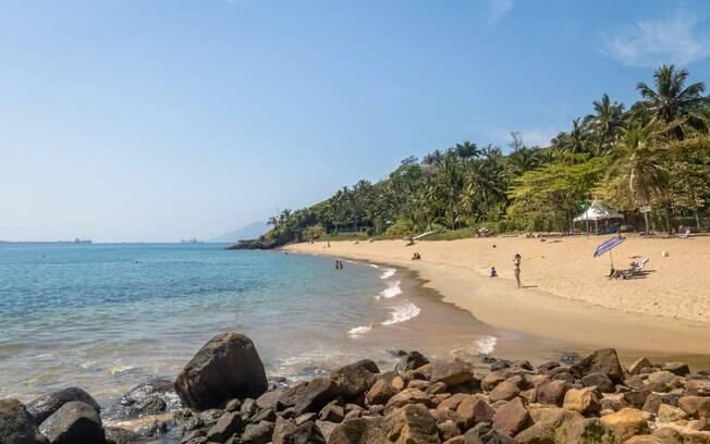 Há uma estrada de terra até a Praia da Feiticeira, mas caminho é tranquilo e curto e dá para chegar até lá com carro comum