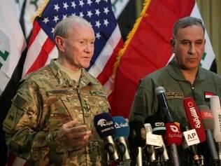 General Martin Dempsey e o ministro da Defesa iraquiano Khalid al- Obaidi participam de uma conferência de imprensa nesta segunda-feira (9) no Iraque
