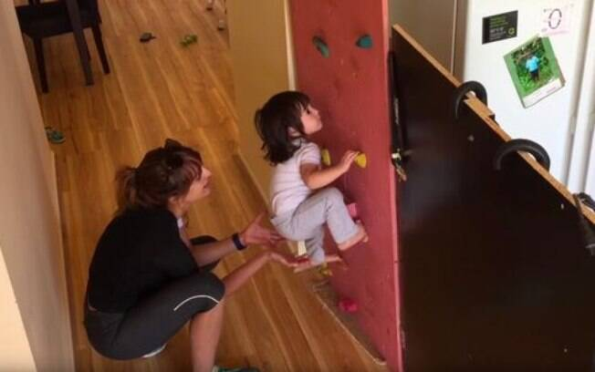 Bella Costagliola, de 3 anos, aprendeu a escalar antes mesmo de andar