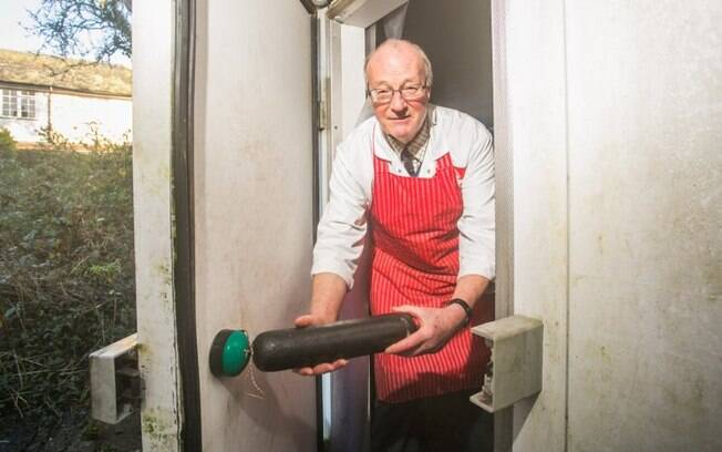 O açougueiro ficou preso no freezer, que marcava -20ºC de temperatura, e só conseguiu sair dali por causa da linguiça