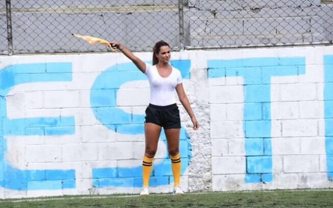 A bela bandeirinha Denise Bueno atua em jogos de várzea do futebol paulista