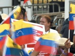 Venezuelanos se dividem entre apoio ao governo e oposição