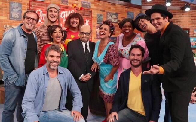 Aaron Salles (de amarelo) com o elenco de