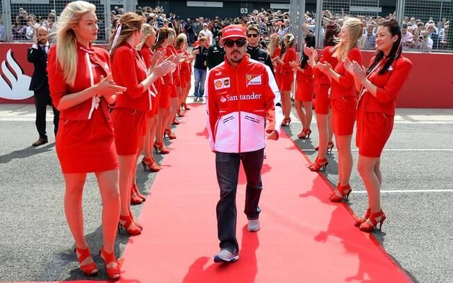 Belas recepcionam Fernando Alonso no desfile  de pilotos em Silverstone