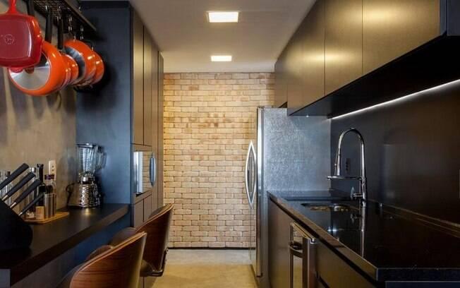 A cozinha preta é básica e sofisticada ao mesmo tempo