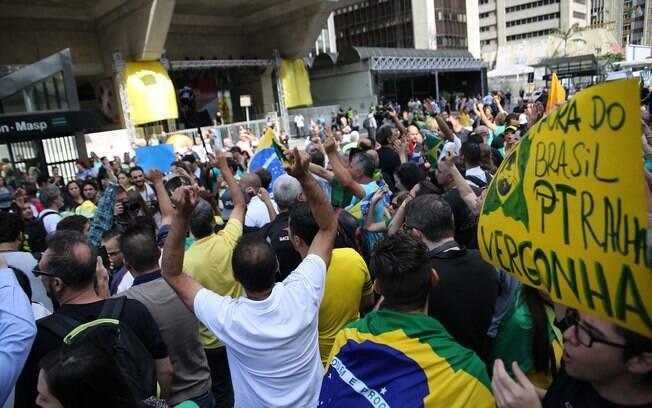 Manifestantes seguem na Avenida Paulista, em São Paulo (SP), protestam contra o governo