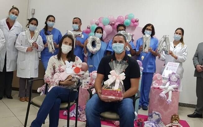 Família comemorou alta de Vitória com equipe que cuidou de bebê.