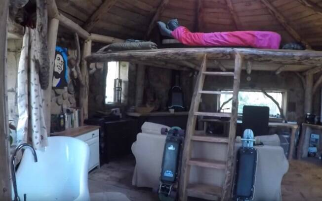 Kris publicou no YouTube o processo de construção da casa sustentável, onde também mostra o resultado