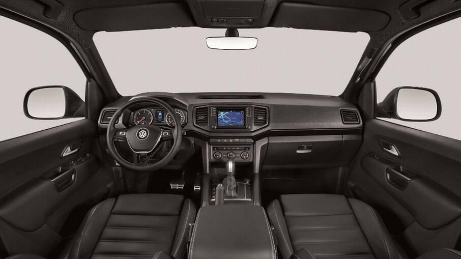 Interior da VW Amarok V6 abusa de plástico duro e a central multimídia precisa ser atualizada, tem até CD player