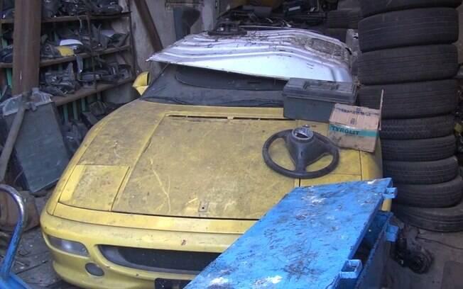 Ferrari 355 é encontrada em desmanche de peças ilegal está entre os carros de luxo usados contra a lei