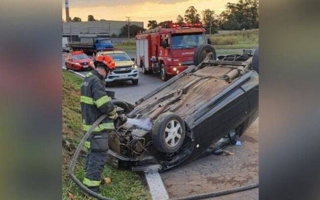 Motorista perde controle em curva e capota veículo em Americana