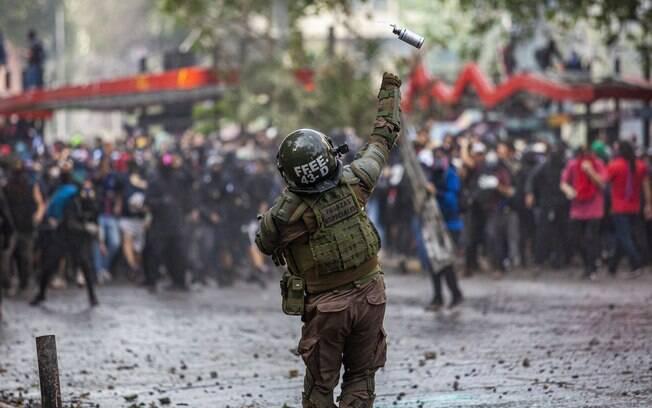 Militar atira bomba de efeito moral em manifestantes em Santiago%2C no Chile