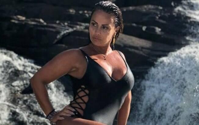 f862a3dca Viviane Araújo esbanja beleza durante passeio em cachoeira na Bahia e chama  atenção