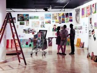 Sem curador. As paredes da galeria foram ocupadas de forma aleatória, com os próprios artistas definindo o espaço que exporiam