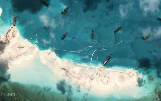 Satélite mostra o que seriam ilhas artificiais que estariam sendo construídas secretamente pelo governo chinês no meio do Mar do Sul da China