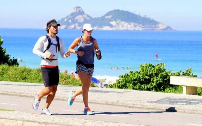 Juliano Cazarré se exercita ao lado da mulher, Letícia, na Barra da Tijuca