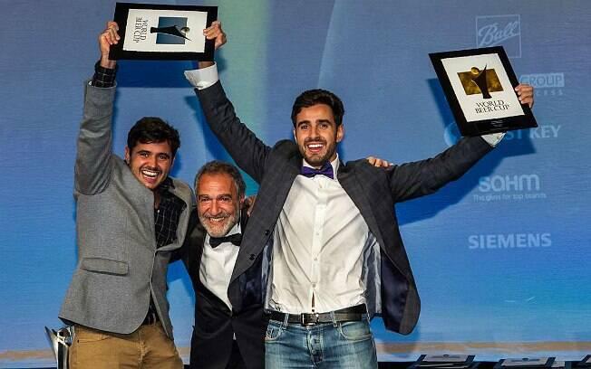 Os irmãos Tiago Carneiro (à esquerda) e José Felipe Carneiro (à direita) recebem prêmios no WBC