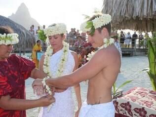 Leticia e Marcelo durante a cerimônia no Taiti