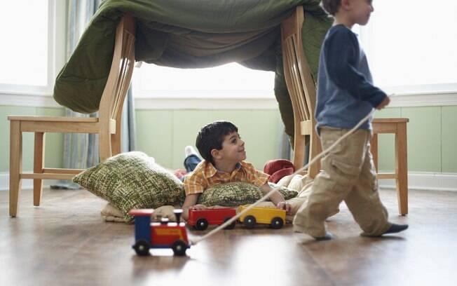 Construir 'castelos' ou 'fortes' com o auxílio de duas cadeiras e um pano estimula a criatividade das crianças. Elas adoram e entram no faz-de-conta imediatamente