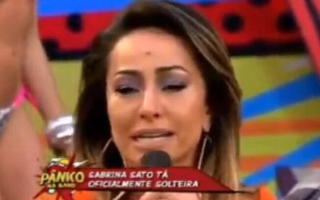Sabrina Sato chorou no palco do 'Pânico da Band' quando Emílio perguntou sobre o fim do seu namoro...