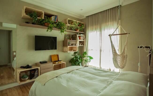 Até mesmo um quarto com um estilo que remete à natureza por ter nichos que, nesse caso., são feitos de pallets