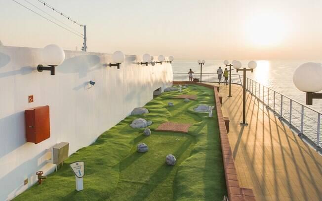 Entre as instalações desportivas dos transatlânticos da MSC Cruzeiros está o minigolfe na parte superior do navio