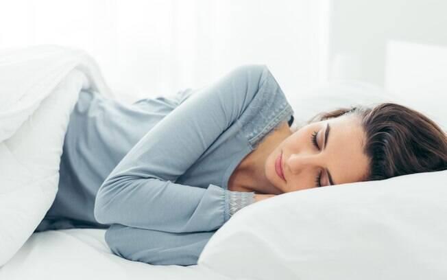 Especialista fala sobre qual a melhor posição para dormir e dá outras dicas para evitar prejuízos à saúde durante a noite