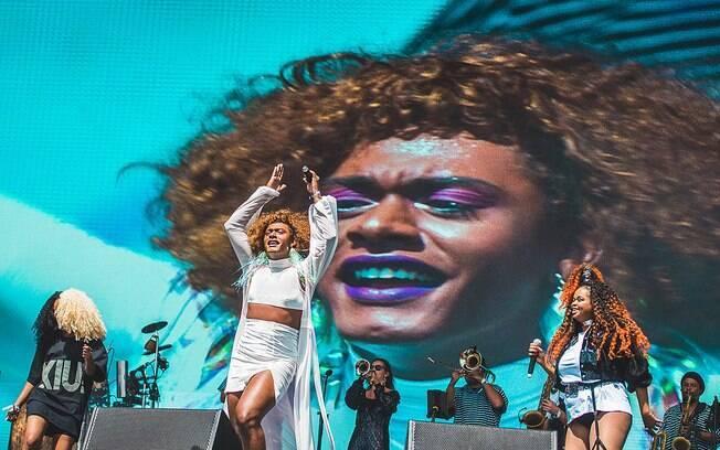Show de Liniker e os Caramelows enfrenta problema técnico e reação do público emociona cantora