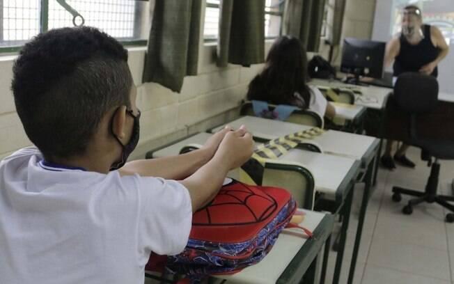 Educação adia retorno de aulas presenciais para abril