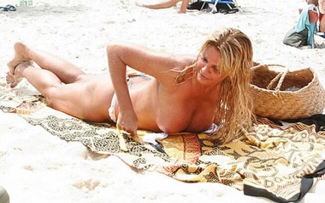 Monique Evans faz topless e mostra que está com tudo em cima