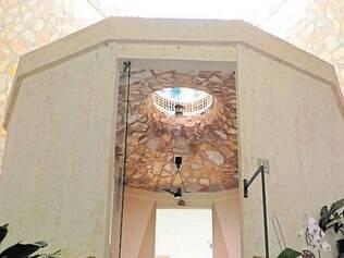 Tenda de Maria abriga capela, jardim do Éden e nove quartos