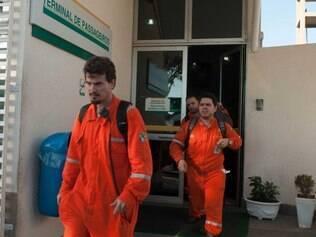 ES - EXPLOSÃO-NAVIO-PETROBRAS-MORTOS-FERIDOS - GERAL - Movimentação para a chegada de feridos da explosão navio plataforma da Petrobras no Aeroporto de Vitória (ES), nesta quarta-feira (11). Um acidente em um navio plataforma deixa feridos e mortos nesta tarde. De acordo com o coordenador do Sindipetroleiros do Espírito Santo, Paulo Rony, houve uma explosão em um navio fretado, com tripulação terceirizada, a serviço da Petrobras. 11/02/2015 - Foto: BRUNO HERCULANO/FUTURA PRESS/FUTURA PRESS/ESTADÃO CONTEÚDO