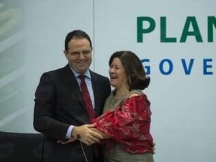 Ao entregar o cargo a seu sucessor, a ex-ministra Miriam Belchior se emocionou