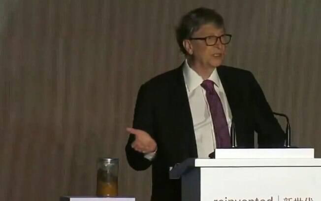 Bill Gates apresentou vaso sanitário tecnológico que não usa água ou esgoto para funcionar