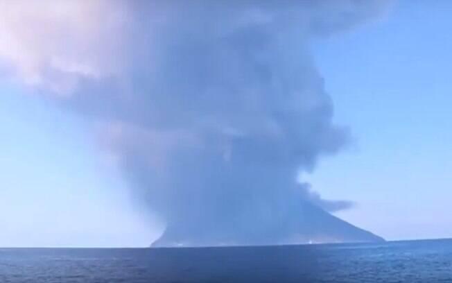 Vulcão Stromboli entrou em erupção nesta quarta-feira (3)