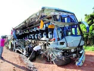 Morte. Acidente entre caminhão e ônibus matou 13 em Ibitinga, interior de São Paulo, pode ter sido causado por ultrapassagem perigosa