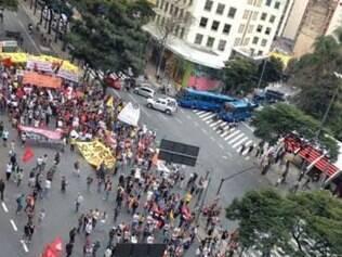 Cerca de 500 manifestantes fecham a praça Sete nesta quinta-feira