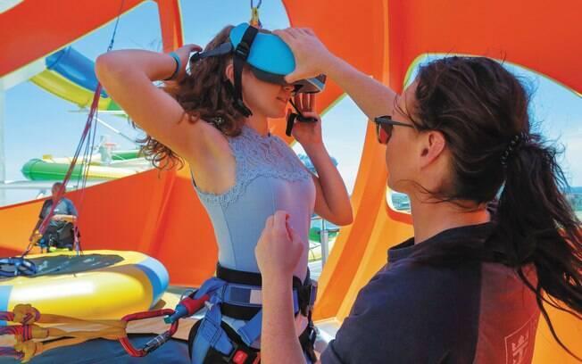 É usado um óculos de realidade virtual para a pessoa se sentir em outro planete nos cruzeiros da Royal Caribbean