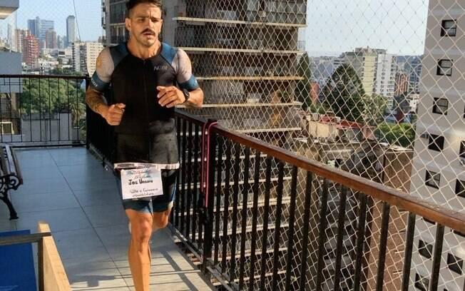 O maratonista José Uriburu percorreu 42km dentro de seu apartamento para conscientizar sobre o perigo do novo coronavírus