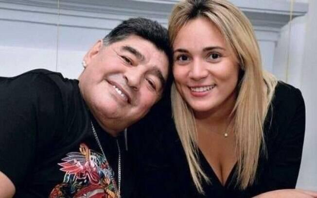 Maradona posa ao lado de sua ex-namorada Rocío Oliva, de 30 anos. O Pibe tem 58