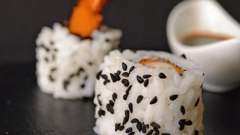 Preparar um tradicional uramaki de camarão é mais fácil do que você pensa
