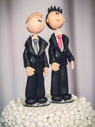 Bonequinhos no topo do bolo do casamento coletivo