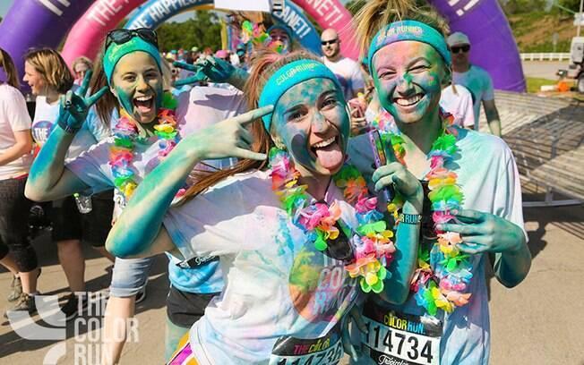 Participantes cruzam de chegada coloridos na Color Run
