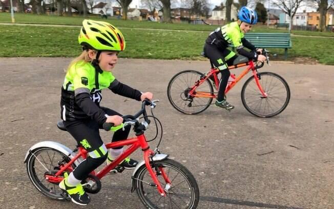 Rhoda (à esquerda) é uma pequena ciclista e viaja de bike com o irmão Thomas (à direita) e a família por toda a Escócia