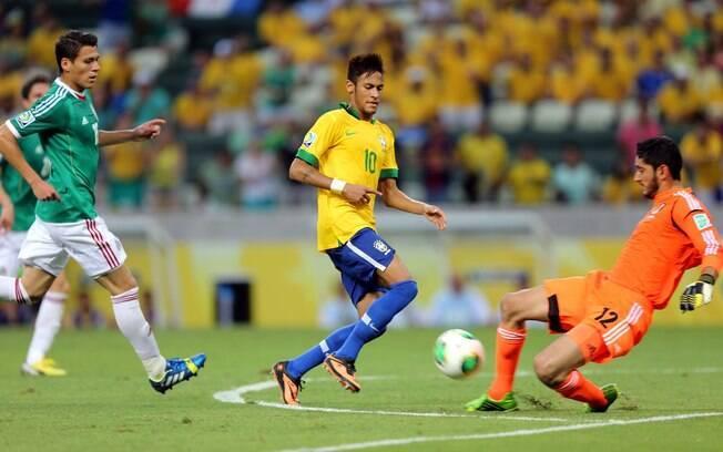 Neymar disputa bola com goleiro do México