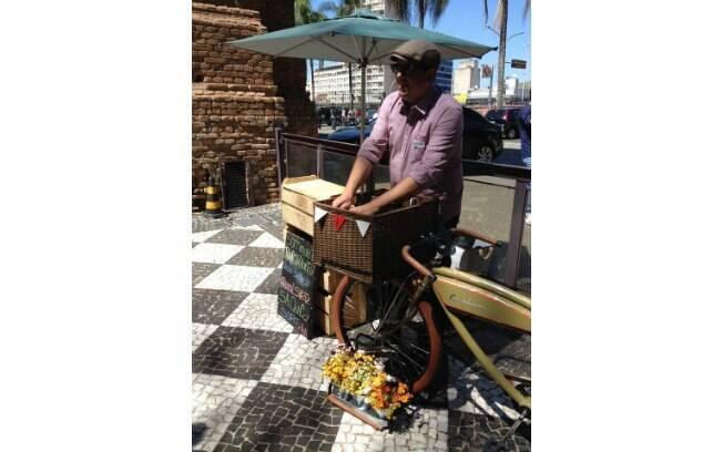 Denis usou a sua própria bicicleta para criar o negócio. São duas bikes que levam drinks pela cidade. Foto: Facebook
