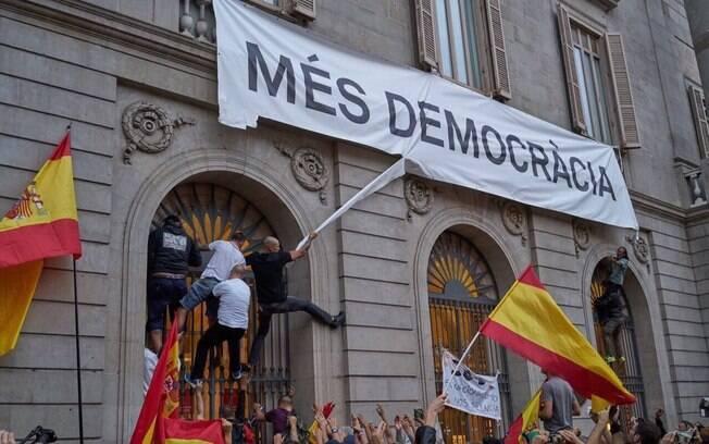 Puigdemont é investigado pela justiça por supostos crimes cometidos nos protestos a favor da independência da região