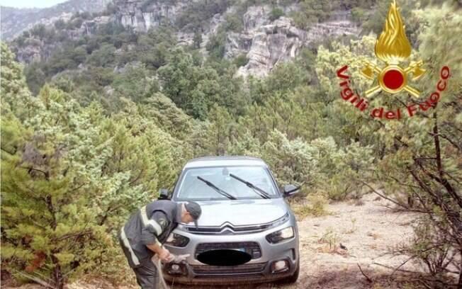 Carros ficaram presos em passagens pequenas depois de seguirem o Google Maps.