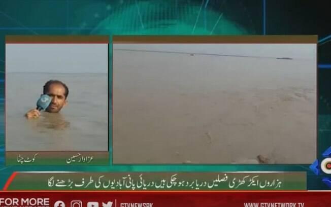 Repórter paquistanês quase submerso durante reportagem